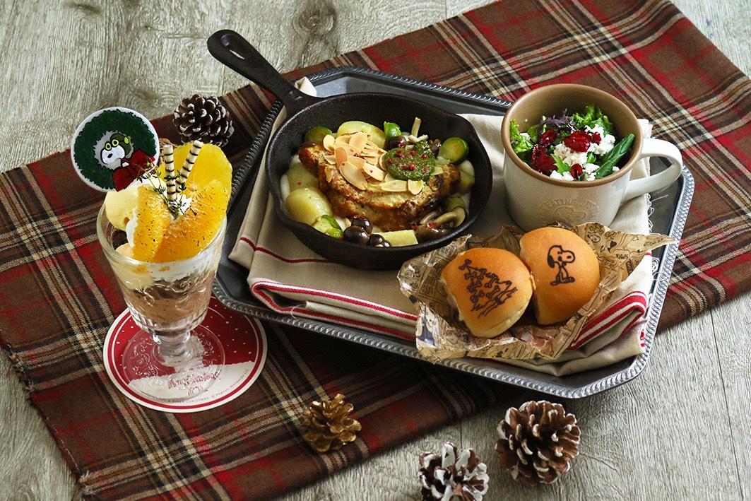 PEANUTS Cafe 中目黒の期間限定「ベイクドアーモンドバジルチキンのクリスマスプレート」