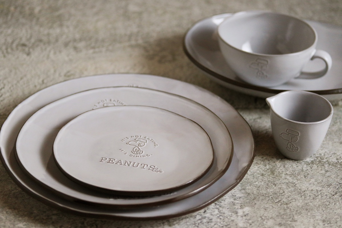 PEANUTS Cafeオリジナルのテーブルウェア、黒土の風合いと緩やかなリムのラインを生かしたクラシックシリーズ