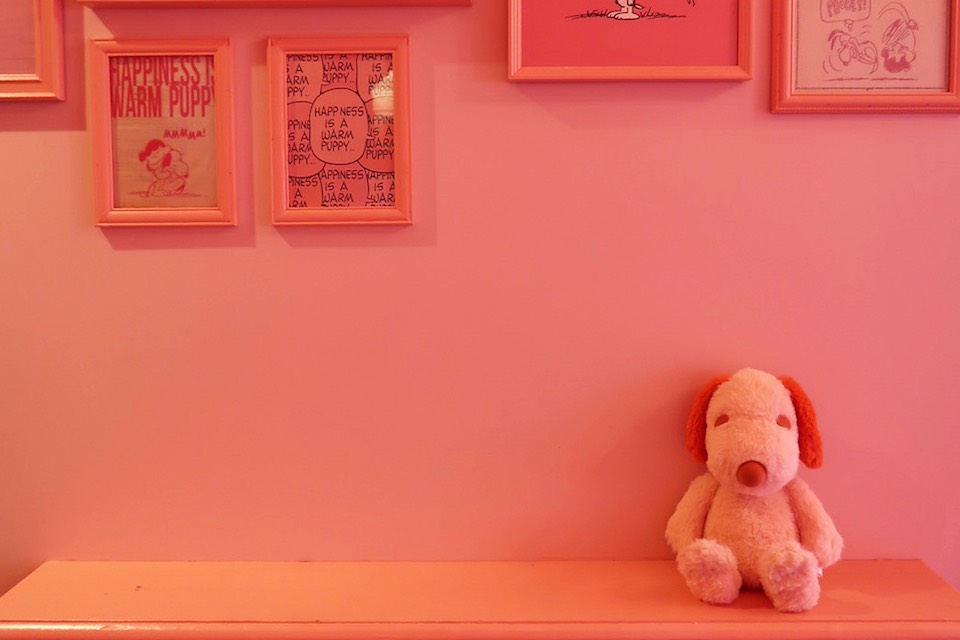 ROOM64のテーマでもある、ハグしたくなるピンクのスヌーピー
