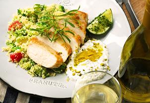 チキンブレストと緑野菜のタブレ ヨーグルトとバジルのソース