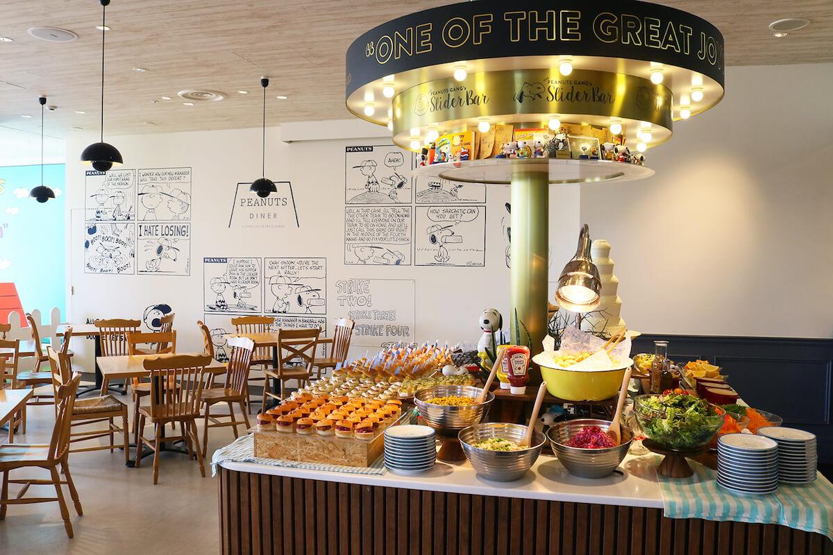 待望の復活!スヌーピーのミニバーガーやデリ、デザート食べ放題が「PEANUTS DINER 横浜」に登場!