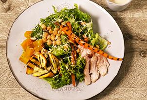 スチームチキンとグリル野菜のソイマヨシーザーサラダ